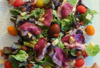 Salade composée au magret d'oie séché