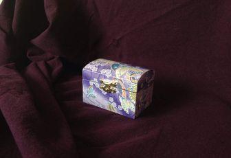 Petit coffret violet aux papillons