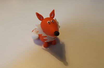 Un mignon petit renard en porcelaine froide