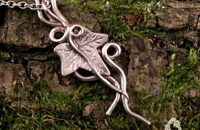 Collier elfique Nywendil feuille de lierre et volutes argenté