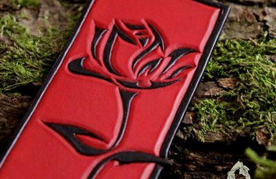 Marque-page romantique en cuir repoussé Rose Eternelle rouge et noir