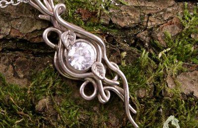 Collier elfique Elwalen volutes argentées et cristal : collier romantique mariage