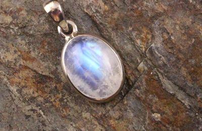 Pendentif Larme elfique Labradorite blanche : une pierre aux reflets magiques !