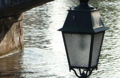 Un Lampadaire Au Bord De L'eau