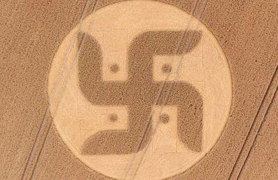 Un agriculteur découvre un crop circle dans son champs en forme de croix gammée