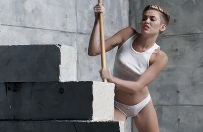 Wrecking Ball, a sexy clip by Miley Cyrus