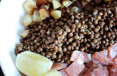 Salade de pommes de terre sautées et lentilles au saumon fumé