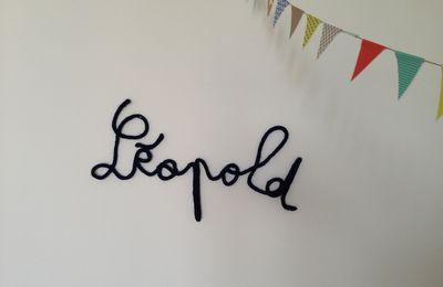 Sur le mur de sa chambre, j'écris son nom...