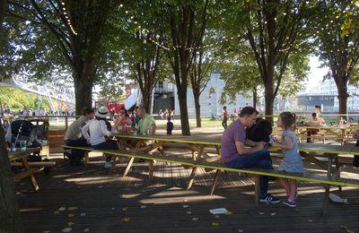 L'ambiance au Parc de la Villette à Paris un dimanche ensoleillé