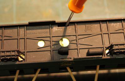 Installation de l'éclairage dans une voiture ex-DR Jouef.