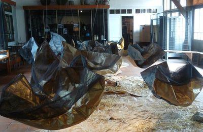 L'ARTISTE CONCEPTUELLE LEONNE HENDRIKSEN  AU MUSEE VOULGRE à MUSSIDAN A MIS EN PLACE UNE INSTALLATION POUR UN DIALOGUE DU PASSE AVEC LA CONTEMPORANEÏTE