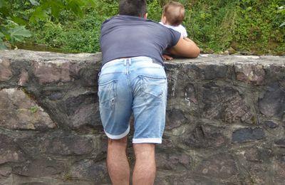 Petite devinette : que regardent le père et le fils?