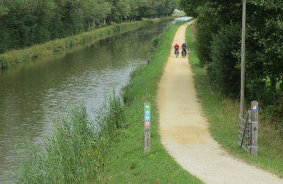 """Vélodyssée  ! L'itinéraire cyclable sur le """"canal de Nantes à Brest"""" était en chantier en 2014 entre Nort-sur-Erdre et Redon. Depuis le revêtement s'est tassé."""