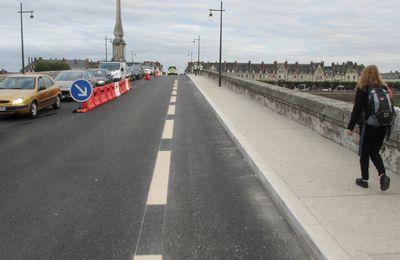 """Dans le centre ville de Blois, le pont Jacques Gabriel  vient d'être réaménagé en faveur des """"déplacements doux""""."""