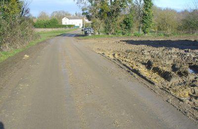 Dans le bourbier villetrunois la route est glissante et les bas côtés ne sont pas stabilisés !