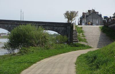 Nous avons rêvé d' un passage de la piste cyclable sous le pont Jacques Gabriel à Blois.