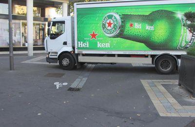 Hei ken, range ton char - GCUM sur la bande cyclable !