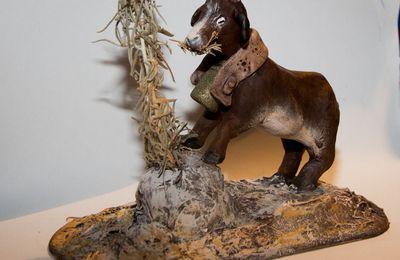 Une chèvre broutant pour santons de 26 cm