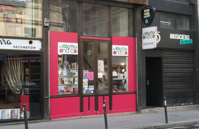 Rose se rend à la librairie Violette and Co - PAROLES D'ENGAGÉS E05