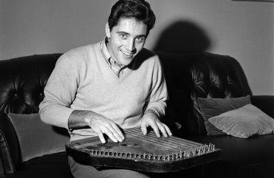 08/11/1962 : Sacha Distel à la cithare