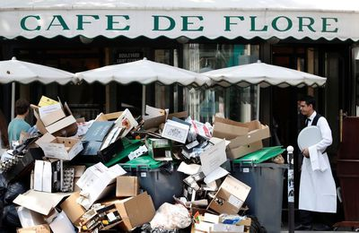 Barrages de poubelles anti-attentats devant les terrasses à Paris