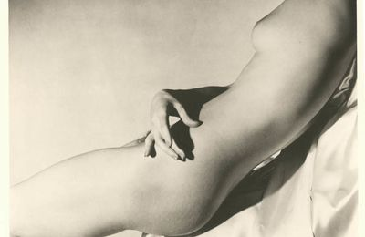 Horst P. Horst, Lisa on Silk Hand on Torso I, 1940.