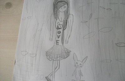 Fille sous la pluie avec un lapin