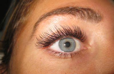 Extension de cils .Pensez y pour des yeux superbes  !!!