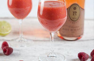 Cocktail au champagne rosé, pêches, prunes rouges, framboises et citron vert
