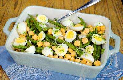 Salade de haricots verts, pois chiche et oeufs de caille, vinaigrette noisette