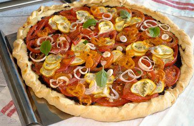 Tarte aux tomates multicolores et courgettes à la tapenade