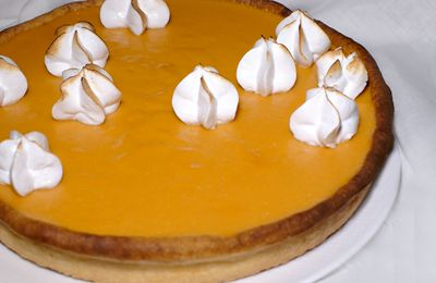 Tarte à l'abricot curd, crème pralin et meringue