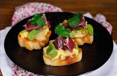"""Tapas au """"pan tomato"""" à l'oeuf brouillé, fèves et jambon ibérique"""