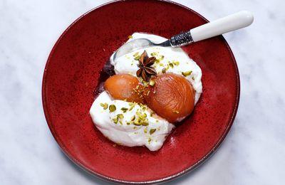Abricots pochés au vin de Fronton, yaourt glacé