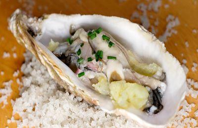 Huîtres à l'écrasé de pommes de terre au gingembre, assaisonnement à l'échalote