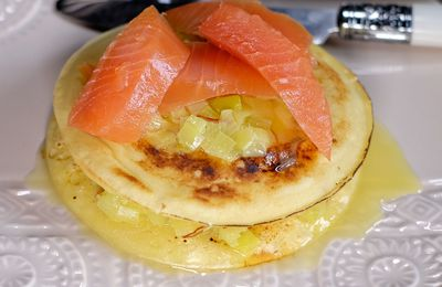 Pancakes aux poireaux et safran, saumon fumé et beurre citronné