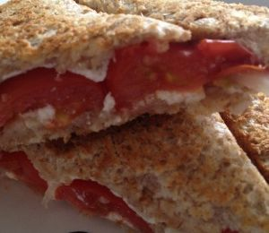 Croque tomates fromage ail et fines herbes oignons