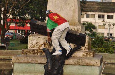 L'activiste-nationaliste camerounais André Blaise Essama déboulonne un autre monument colonial (Cameroon Voice)