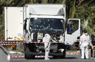 """[Vidéo] Nice : elle a vu un homme """"armé"""" sortir du camion (Panamza)"""