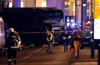 """Un camion fonce dans la foule à Berlin : Merkel """"en deuil"""" (AFP)"""