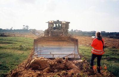Rachel Corrie écrasée par un bulldozer de l'armée israélienne pour avoir voulu empêcher la destruction d'une maison palestinienne (Vidéo)