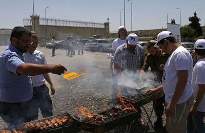 Des militants de droite israéliens organisent un barbecue pour affamer les grévistes palestiniens (Russia Today)