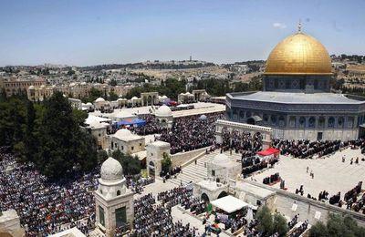 La police israélienne interdit aux hommes de moins de 50 ans l'accès à la prière du vendredi à Jérusalem (AFP)
