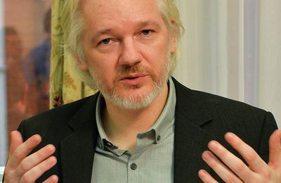 Assange dévoile la source des courriels compromettant Hillary Clinton (Sputniknews)