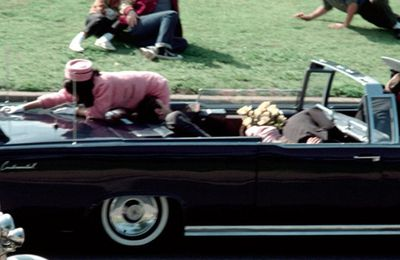Quand Abraham Zapruder filmait en direct l'assassinat de JFK / When Abraham Zapruder filmed the assassination of JFK live (Vidéo)