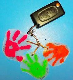 Plastique dingue en peinture : mains d'enfants