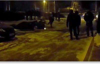 En Russie une voiture est avalée par un sinkhole de six mètres de profond, elle ne sera jamais retrouvée (video)