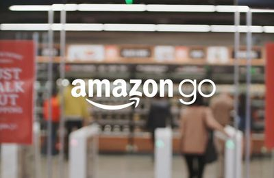 Le géant du e-commerce Amazone a ouvert son premier supermarché lundi 6 décembre à Seattle. Baptisé Amazon Go, celui-ci emploie l'intelligence artificielle pour se passer de caisses et de caissiers avec ces files d'attente (video media)