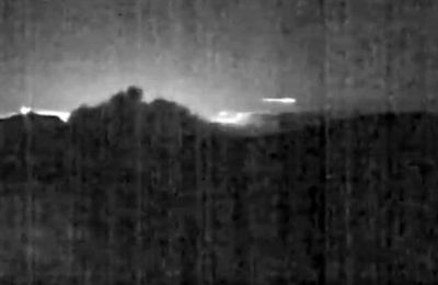 La caméra de l'observatoire capture le rare moment où un météor survole le volcan en éruption le Turrialba au Costa Rica (video)