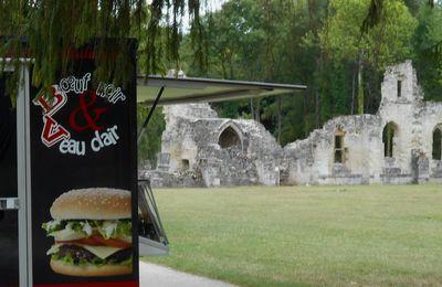 Du veau pas dévot? Hallucinant: un restaurant rapide dans l'enceinte de l'abbaye de Vauclair (Aisne)